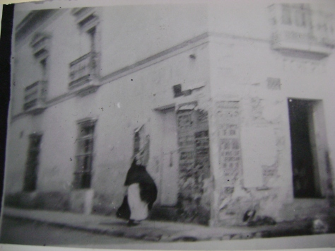 Fotografía bastante borrosa de alguna esquina toluqueña a principios del siglo XX donde se aprecian algunos carteles.