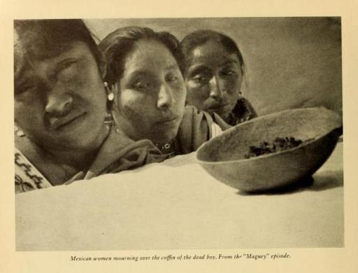 """Mujeres mexicanas de duelo junto al féretro de un niño muerto. Del episodio """"Maguey""""."""
