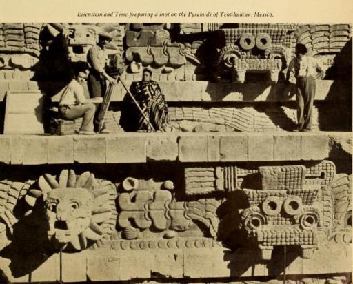 Eisenstein y Tissé preparan una toma en las pirámides de Teotihuacán, México.