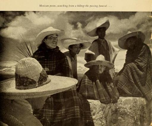 Peones mexicanos, viendo desde la punta del cerro el paso del funeral