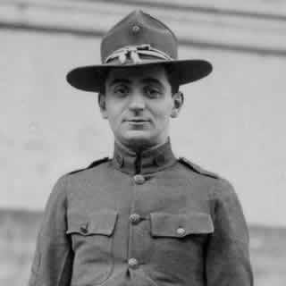 El sargento Irving Berlin en uniforme militar en 1918