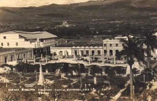 Panorámica del jardín central donde se aprecia un cine en la esquina superior izquierda