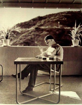 Ramón Novarro lee en la terraza de su casa