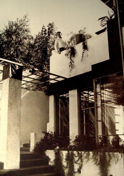 Ramón en la azotea de su casa diseñada por Frank Lloyd Wright