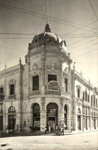 Teatro Macedonio Alcalá de Oaxaca con el anuncio de la cinta Adiós Nicanor (1937) dirigida por Rafael E. Portas
