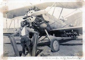 Cortés Sotelo junto a un avión de la FAM, 1929 (Col. Cristina Cortés)